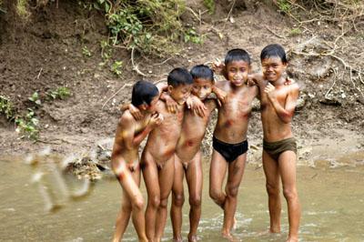 Grupo De Ninos Las Tribus Desnudos Agarrados Banandose En El Rio